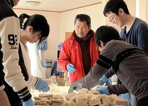 川村博さんは1、2カ月おきに首都圏などから大学生を招き、町を復興させるアイデアをもらっている=福島県浪江町、大月規義撮影