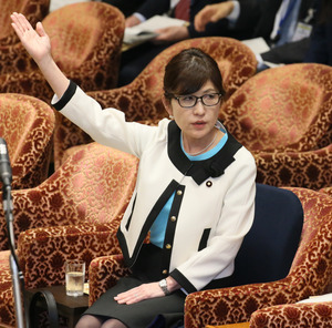 衆院予算委分科会で、民進党の辻元清美氏の質問に答弁するため挙手する稲田朋美防衛相=23日午前11時9分、岩下毅撮影
