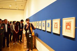 担当学芸員としてブルーナさんの作品を解説する南目美輝さん(中央)=昨年9月、益田市有明町