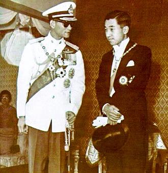 天皇陛下は1960年代の皇太子時代からタイを訪ね、プミポン前国王(左)と親交を深めた(タイ水産局提供)