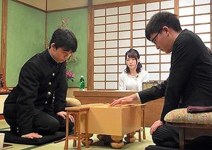 AbemaTVの番組の企画で、永瀬拓矢六段(右)と対戦した藤井聡太四段