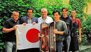 東日本大震災の被災地のためにバイオリンを合作したイタリアのマエストロら。右から3人目が高橋修一さん=イタリア・クレモナ、高橋さん提供