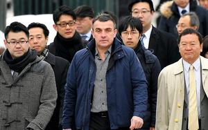 札幌地裁に入るアンドレイ・ナバショーラフさん(中央)ら=23日午前9時25分、札幌市中央区、白井伸洋撮影