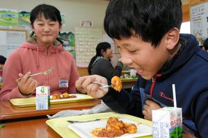 イタリアの料理を味わう児童=倉吉市関金町関金宿