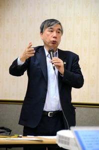 講演をする川人博弁護士=福岡市・天神