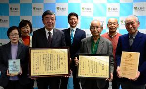 ダブル受賞を報告した「市民エネルギー生駒」のメンバー=生駒市