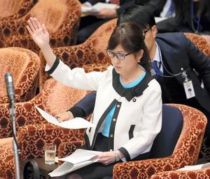 衆院予算委分科会で、民進党の辻元清美氏の質問に、挙手しながら答弁内容を確認する稲田朋美防衛相=23日午前11時7分、岩下毅撮影