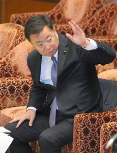 衆院予算委で、民進党の今井雅人氏の質問に答弁するため挙手する松野博一文部科学相=23日午後1時36分、岩下毅撮影