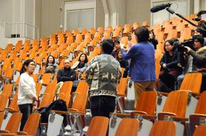 試写会の後に会場で意見交換をする今村彩子監督(左)=北九州市小倉南区
