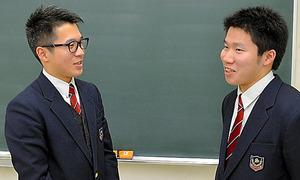 教室で話す山田勇樹さん(左)と拓実さん=福島県いわき市