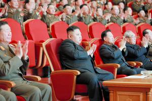 2月22日、平壌の人民劇場で行われた功勲国家合唱団創立70周年記念公演を鑑賞する金正恩朝鮮労働党委員長。朝鮮中央通信が報じた=朝鮮通信