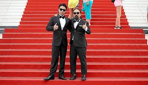 カンヌ映画祭の会場で、タキシード姿で記念撮影する山田孝之(左)と、山下敦弘監督