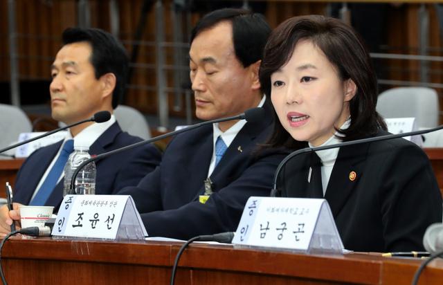 1月9日、朴槿恵大統領をめぐる疑惑を追及する国会聴聞会に証人として出席した趙允旋文化体育観光相(右、東亜日報提供)