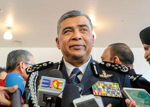 報道陣の質問に答えるカリド・マレーシア警察長官=23日、クアラルンプール、古谷祐伸撮影