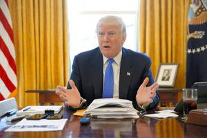 米ホワイトハウスで23日、インタビューに応じるトランプ大統領=ロイター