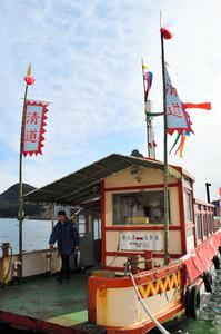「清道」と書かれた旗などを掲げて再現された朝鮮通信使船=福山市鞆町、雨宮徹撮影