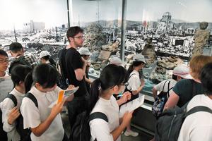 オバマ氏の訪問後、平和記念資料館は、国内外からの見学者が多く訪れた=昨年5月28日、広島市中区、伊藤進之介撮影