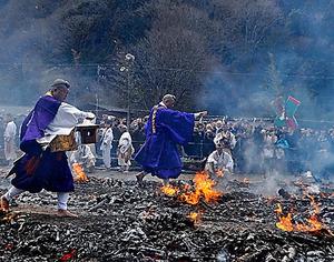 高尾山で火渡り祭