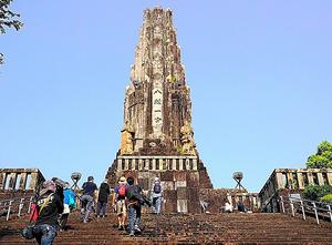 塔を見学する市民ら。正面の「八紘一宇」の文字は一辺が約1メートルある=2016年8月15日、宮崎市、筆者写す