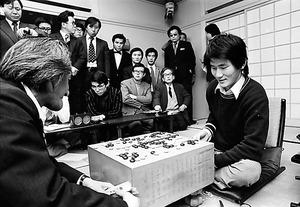 日本棋院選手権戦で坂田栄男に連勝。初のビッグタイトルに王手をかけた。この後、よもやの3連敗で坂を転がり落ちた=1975年1月7日、東京・市ケ谷の日本棋院、日本棋院提供