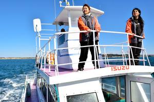 「フリッパー」船上の東田京子さん(右)と橋本萌香さん。宮内幸雄船長(奥)のもとでイルカ・クジラウォッチングを支えた=銚子市沖