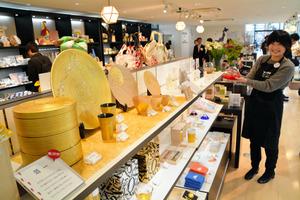 オープンした「旅する新虎マーケット」の一角で、おしゃれな工芸品などを販売する「旅するストア」=港区