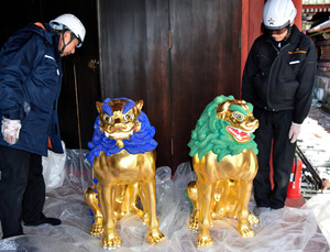 陽明門への安置を前に荷ほどきした狛犬を点検する、日光社寺文化財保存会の技術者たち=日光市の日光東照宮