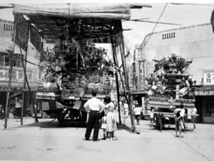 1951(昭和26)年に中央町で行われた中央祇園山笠の人形飾り山笠=松永圭太さん提供、「八幡、百年の記憶」で展示される写真から