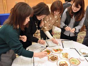 ジビエ料理の試食会で学校給食に採り入れられるか話し合った栄養教諭ら=和歌山市湊通丁北2丁目