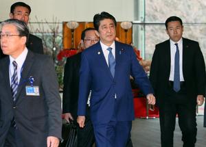 「プレミアムフライデー」の初日、首相官邸を出る安倍晋三首相(中央)=24日午後3時10分、岩下毅撮影