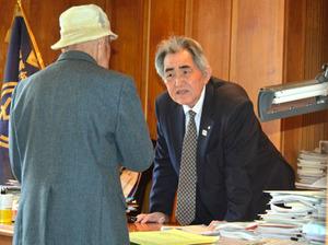 特別委閉会後、議会の採決結果に納得のいかない町民は町長室で、岸本町長に慎重な対応を求めた=玄海町役場
