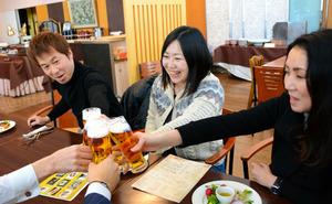 仕事を早めに切り上げ、午後4時過ぎからビールで乾杯する人たち=長野市