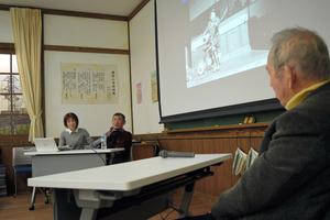 支援員とともに公害患者としての思いを話す永本さん(中)。手前は野田さん=四日市市安島1丁目の四日市公害と環境未来館
