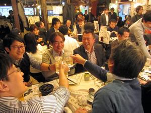 いつもより2時間早く午後3時に開店した居酒屋は、1時間後にはほぼ満席になった=24日午後5時ごろ、東京都港区