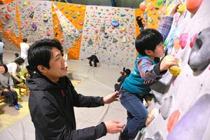 ボルダリングを楽しむ東邦銀行員(左)=福島市