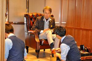 三越銀座店で靴磨きのサービスを受ける石原伸晃・経済財政担当相=24日午後、東京都中央区