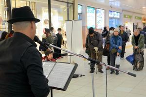 プレミアムフライデーを記念して開かれた演奏会。勤め帰りとみられる人の姿はまばらだった=JR高崎駅