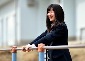 震災当時に通っていた小学校を久しぶりに訪れた大川蘭子さん。原発事故後、遊具では遊べなくなり、校庭に空間線量計が設置された=2月18日、福島県相馬市、福留庸友撮影