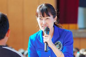 児童の質問に答える山崎さん=横浜市立別所小のオーサー・ビジットで。2016年11月22日
