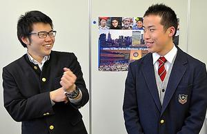 教室で話す菅野裕生さん(左)と武田弦輝さん=福島県いわき市