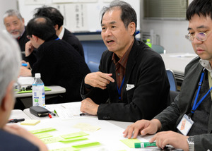 公害資料館連携フォーラムで、川原一之さん(右から2人目)らは資料の展示などについて議論を重ねた=2016年12月17日、熊本県水俣市