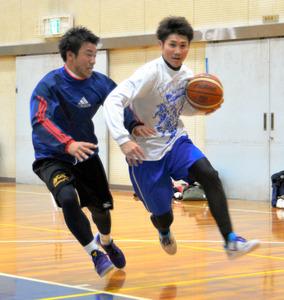 練習に励むSWOOPSの田中昌寛さん(右)=岐阜市須賀2丁目