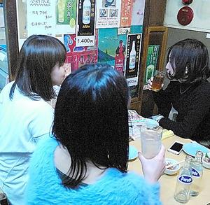 居酒屋で語る「タラレバ世代」の女性3人=東京・渋谷