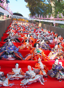 27段の石段にずらりと並んだひな人形=さいたま市岩槻区の愛宕神社