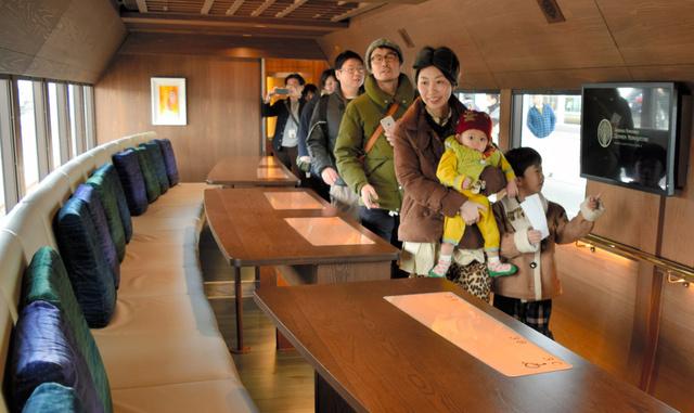 一般向けに公開された観光列車「四国まんなか千年ものがたり」=JR高松駅