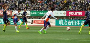 後半26分、田中達也(左から2人目)が同点ゴールを決めた=エディオンスタジアム広島