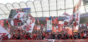 「連覇」に期待する旗も掲げられた鹿島アントラーズのサポーター席=県立カシマサッカースタジアム