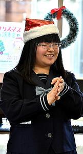 クリスマス演奏会でレクリエーションをする矢口真衣さん=昨年12月21日、福島県本宮市の恵向仮設住宅