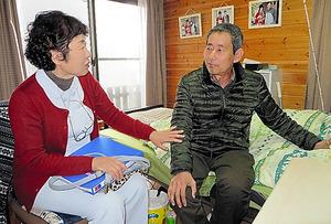 多発性骨髄腫と診断を受けた男性(64)は、一昨年の末から自宅で過ごし、定期的に看護師の訪問を受けている。骨の痛みや末梢(まっしょう)神経のしびれに悩まされているが、家に戻ると食欲が出て、入院時に40キロに落ちた体重は54キロまで戻った。朝夕の散歩でふくらはぎに筋肉もついてきたという=静岡県沼津市