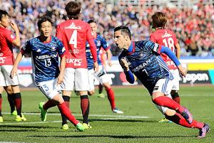 後半、横浜マのウーゴビエイラ(右手前)は同点となるゴールを決め、スタンドに向かって駆け出す